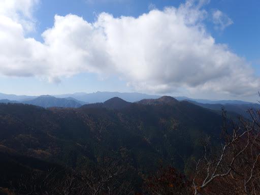 薊岳(右)と木ノ実ヤ塚(中央)、奥は大峰山脈