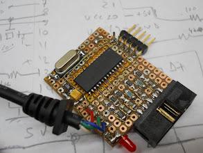 """Photo: Close na placa. O conector no alto é para gravação """"in circuit"""" do PIC"""