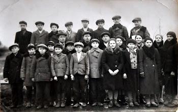 Photo: Mokytojas Gulbinskas su mokiniais Aleksandrovo mokykloje 1932 metais. Nuotrauka rasta pas J. Riepšą. Aleksandravo mokyklos archyvo nuotrauka.