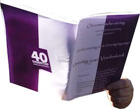 Photo: Zelfs de omslag van de liturgie is gedrukt in de kleuren paars-wit.