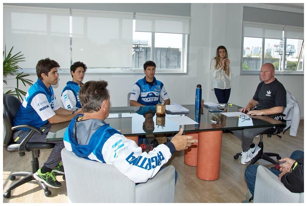 Los pilotos argentinos el titular de Deportes de Nación.