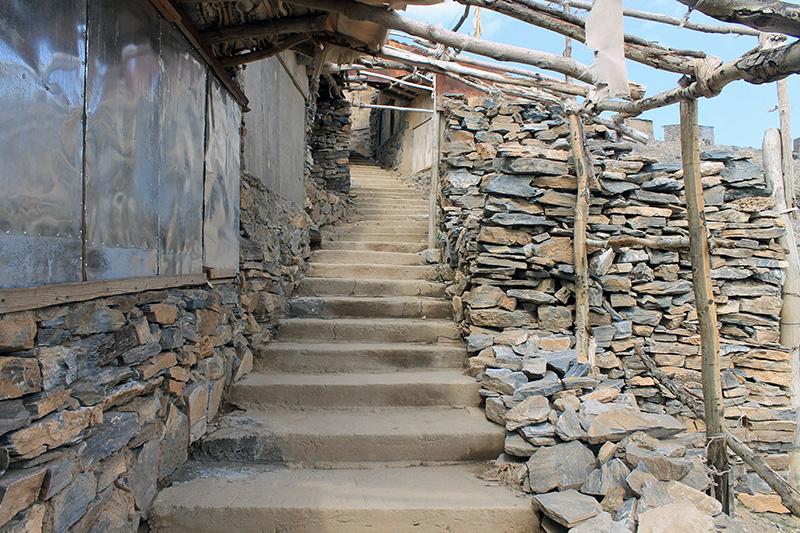 Лестница к дальней пещере Хизрат-Дауда