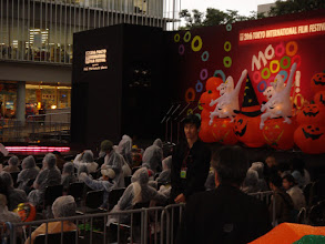 Photo: 2007年10月27日 風雨の上映会  東京国際映画祭 みなと上映会「ハロウイン」プログラム 今年は野外上映! 台風20号接近中にもかかわらず大勢のお客様 カッパを着ての観賞となった。 我々の作品の上映はできたが、 最後の上映は風雨が強くなり 途中で打ち切りとなってしまった。  ご来場頂いたお客様、ありがとうございました。