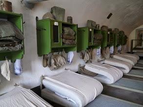 Photo: slaapzaal tijdens WOII : er zijn nu ijzeren helmen