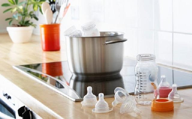 Vệ sinh các dụng cụ pha sữa cho trẻ sơ sinh một cách cẩn thận