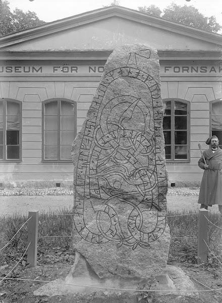 Photo: Runstenen U 1011. Uppsala, Uppland. Byggnaden på bilden är Orangeriet i Linnéträdgården med Uppsala universitets Museum för nordiska fornsaker.