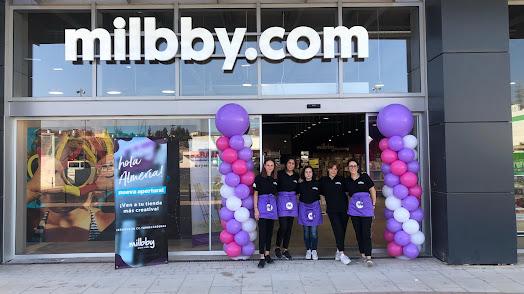 Acto de inauguración de la tienda \'Milbby\' en Almería.