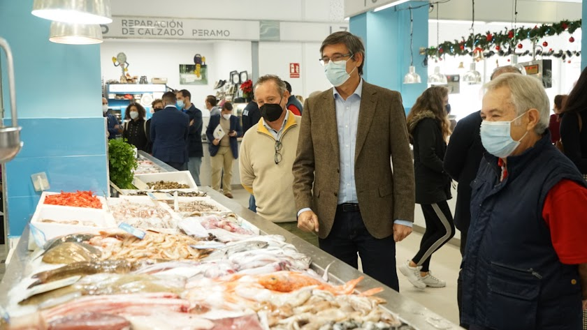 El alcalde de Adra visitando las nuevas instalaciones del Mercado.
