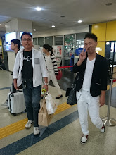 """Photo: 今日は「夜釣り」を終え、その足で 長崎空港に。 スペシャルゲストをお迎えに上がってます。 左側は今年1月にお邪魔した 和歌山県の超有名遊漁船 「代々丸」の船長""""濱本さん""""と 右側の・・・ちょっと名前が出てきませんが ウソです。 ルアーメーカーの「セカンドステージ」の ・・・誰でしたっけ?  ウソです。 「セカンドステージの中村代表です!」"""