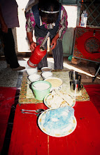 Photo: 03439 シリンホト近郊/ノルボ家/朝食作り/スーテーチャ/ビャスラグ/アロール/ホロート/ジョッヘと炒った粟と砂糖を混ぜたもの