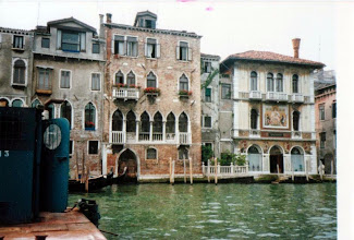 Photo: 86年7月、乗合バス(船)に乗っているだけで立派な観光になるのがヴェネツィアで由緒のありそうな建物がたくさんある。右は Palazzo Salviati