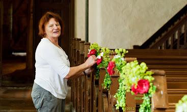 Photo: Gartenblumen schmücken die Dorfkirche in Bernitt
