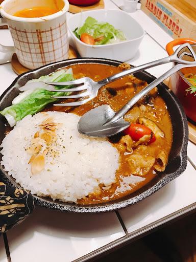 誤打誤撞走進來的可愛日式咖哩小店,充滿野營愉快的氛圍,因為是第一次來吃,店員還貼心的介紹我們入門咖哩款試試看,野火豬肉炒野菜咖哩~日式燉法帶些甜味,不常吃咖哩的人輕易的會一口接一口的吃,蔬菜也是清甜爽