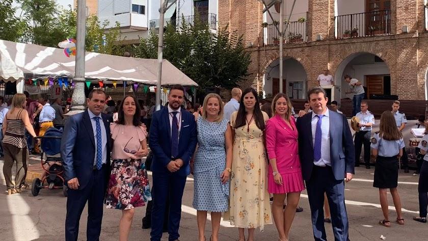 La alcaldesa y concejales de su equipo de Gobierno junto a la diputada provincial de Deportes y Juventud.