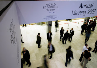 Photo: DAVOS/SWITZERLAND, 27JAN07 - Participants taking a break outside the plenary hall. Impression of the Annual Meeting 2007 of the World Economic Forum in Davos, Switzerland, January 27, 2007.  Copyright by World Economic Forum     swiss-image.ch/Photo by Monika Flueckiger   +++no resale, no archive+++