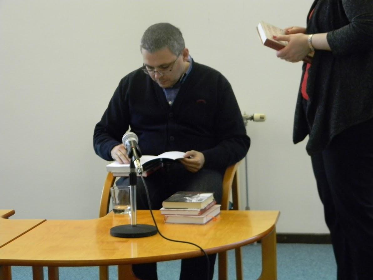 Dragomán György dedikálja könyvét