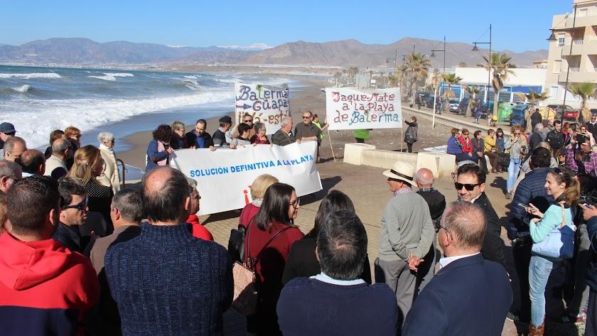 Plataforma por la playa de Balerma, vecinos y representes políticos durante la concentración en Balerma.