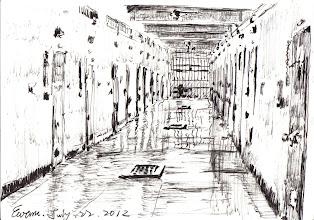 Photo: 舍房走廊2012.07.22鋼筆 監獄高大的圍牆和舍房格局阻絕了風,加上水泥建築吸熱快放熱慢的特性,使得夏季舍房走廊的室溫動輒高達攝氏三十度左右,走廊都這麼熱了,擠滿人的牢房可就更不用說了,朋友們就別再問我:「不是有冷氣嗎?」唉~怎麼可能呢!