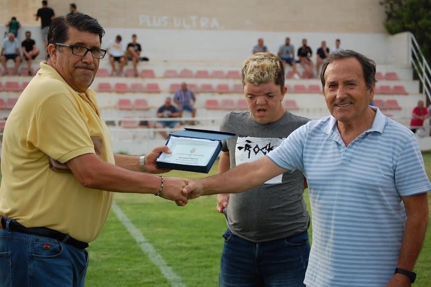 Manolo Nieto recibiendo placa conmemorativa de Plus Ultra CF.