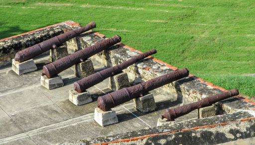 Cannons-atop-battlement-in-Cartagena.jpg - Cannons atop a battlement on Castillo San Felipe de Barajas in Cartagena, Colombia.