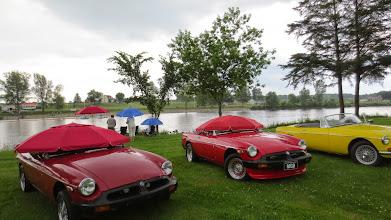 Photo: Autos à l'abri le temps d'une averse !
