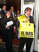 Photo: On Board on Shore reikt prijs uit aan winnaars businessgame Secretaresse Goeidag 19 april 2011.