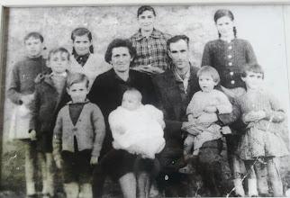 Photo: Lucinda, Mateo y sus hijos.