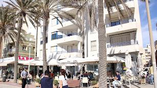 Terrazas abiertas en el Paseo Marítimo de Almería.