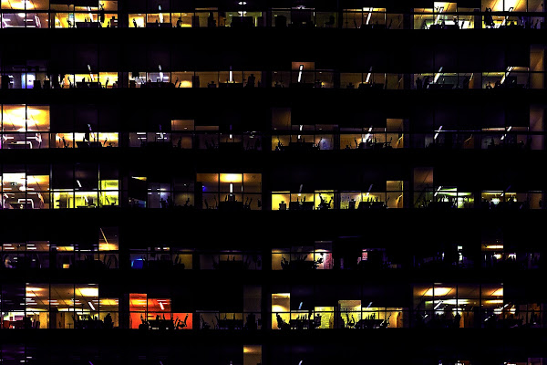 Al di là dei vetri c'è gente che lavora al chiar di luna. di amedeozullojr