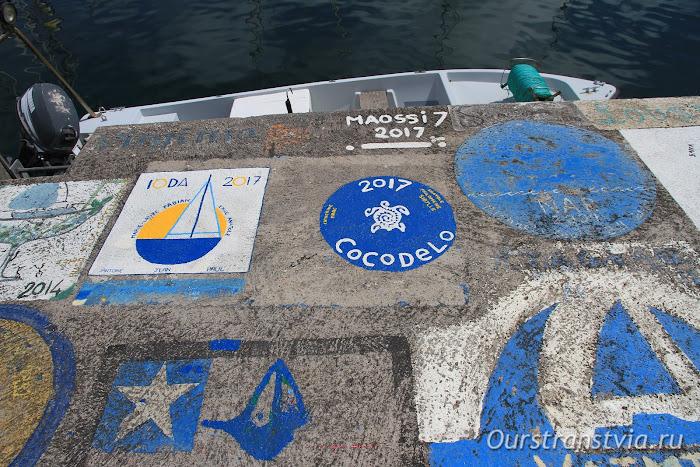 Рисунки на пирсе в порту Орта, Файал, Азорские острова