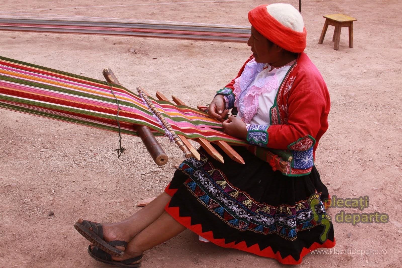 Femeie din Peru care tese in Ccaccaccollo, in timpul vizitei la o cooperativă mestesugareasca ce incearca sa pastreze vie, arta tesutului tradițional quechuan. Cooperativa de tesut din Ccaccaccollo e un obiectiv turistic din Valea Sacra, Peru
