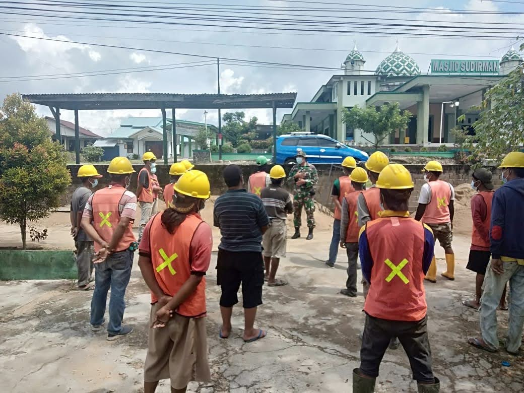 Wadan Denzibang 1/Stg Saat Meninjau Kegiatan Renovasi/Harbang Rumdis Mayonif 642/Kps Pastikan Penerapan K3
