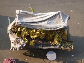 Photo: Co všechno dokážou Bangladéšané na kole převážet? Snad úplně všechno. Od ovoce ...