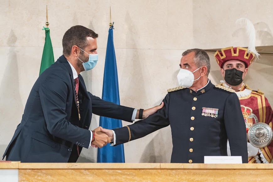 El coronel Javier Soriano recibe la felicitación del alcalde.