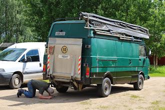 Photo: Katsastus remonttia keikka-autoihin...