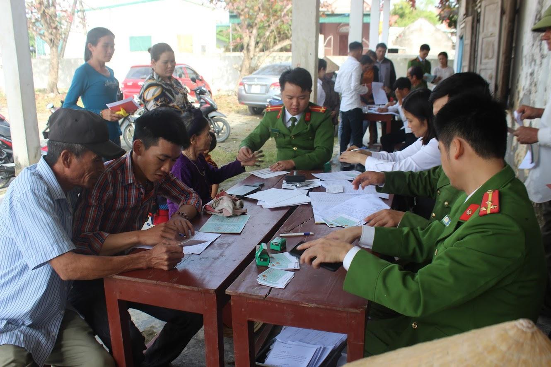 Tổ công tác Đội Cảnh sát QLHC về TTXH Công an huyện Hưng Nguyên tận tình làm thủ tục cấp CMND cho bà con