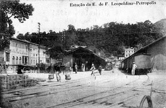 Photo: Interior da Estação Leopoldina, vendo-se os trens estacionados preparados para receber passageiros e carga. Foto do final do século XIX