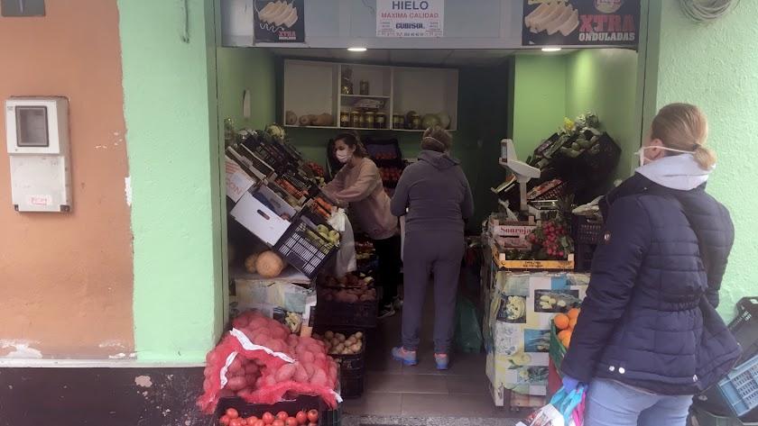 Clientas de una frutería situada junto a la calle del Hospital y la Plaza del Pino, todas protegidas con mascarilla.