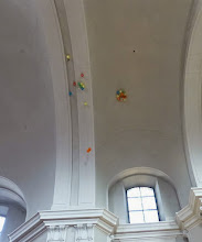 Photo: Die Luftballons bringen unsere Gaben Richtung Himmel oder zumindest Kirchendach