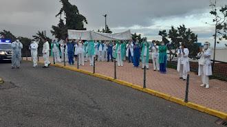 Sanitarios del Hospital del Poniente de Urgencias le dedican su aplauso a sus compañeros de UCI.