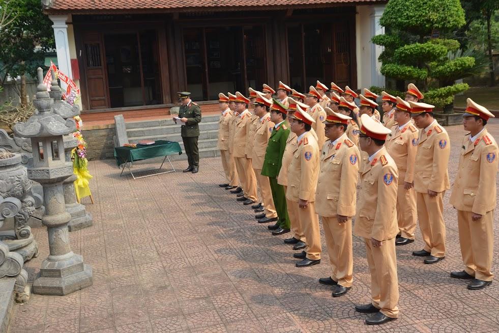 Dâng hoa tại Nhà tưởng niệm cố Bộ trưởng Trần Quốc Hoàn