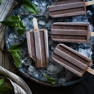 Creamy Chocolate Mint Popsicles {vegan}