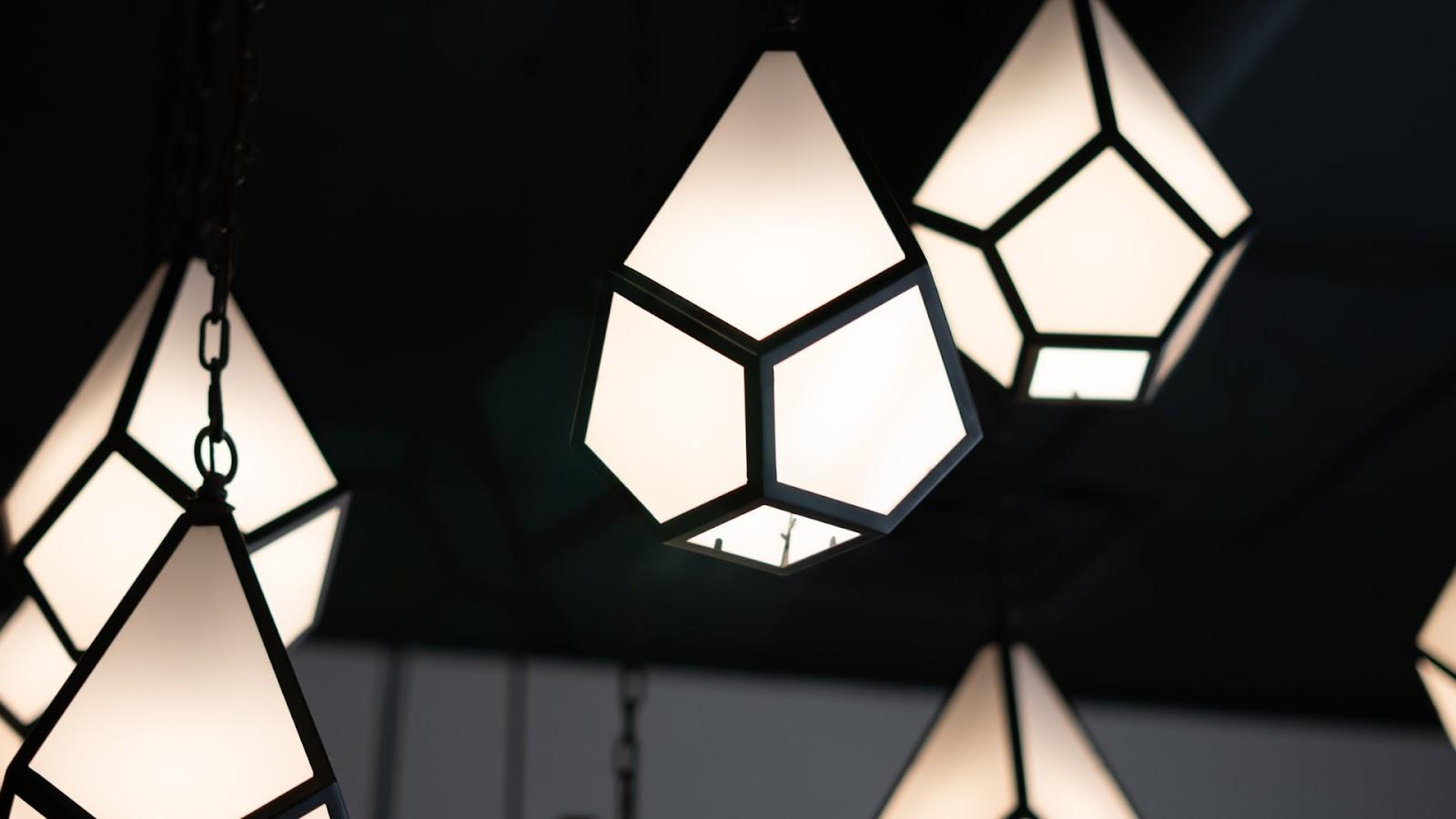 Luminária pendente geométrica.