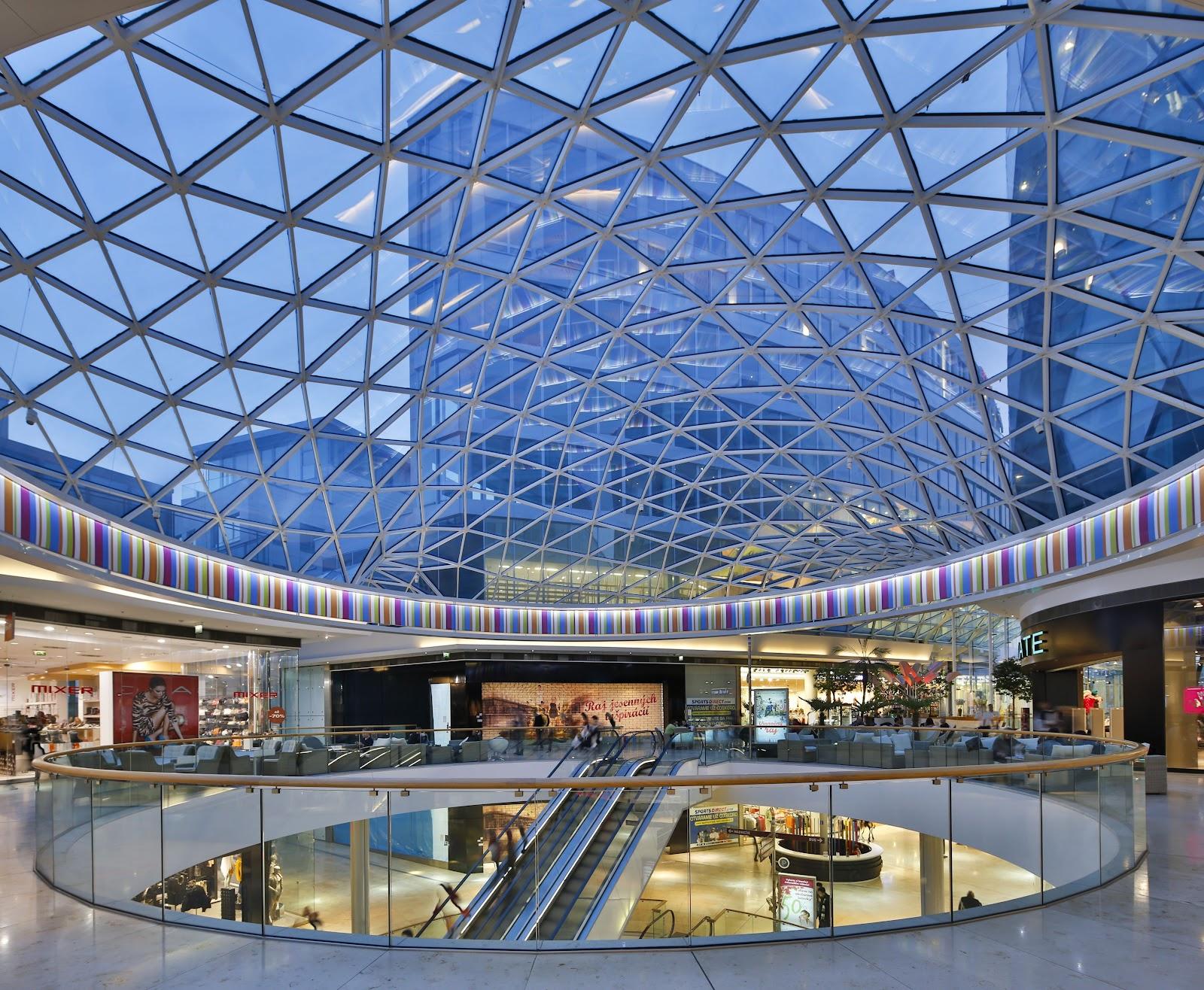 Sử dụng tấm lợp lấy sáng trong trung tâm thương mại giúp mang lại giá trị thẩm mỹ cao hơn