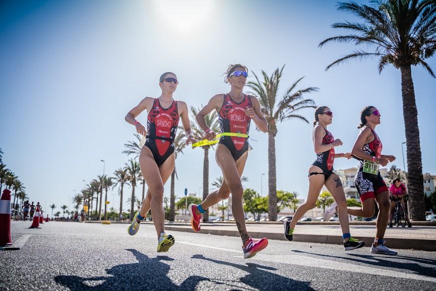 Más de 3.000 deportistas llenan de color Roquetas de Mar.