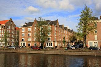 Photo: Complex met arbeiderswoningen (156 2-kw) aan de Houtmankade, Van Heemskerckstraat, Dirk Hartoghstraat en Van Linschotenstraat (Westerpark) gebouwd in 1879 door de Vereeniging tot het bouwen van Arbeiderswoningen. Architect B. de Greef