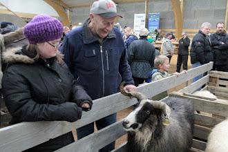Photo: Unnur og Magnús að skoða gripina