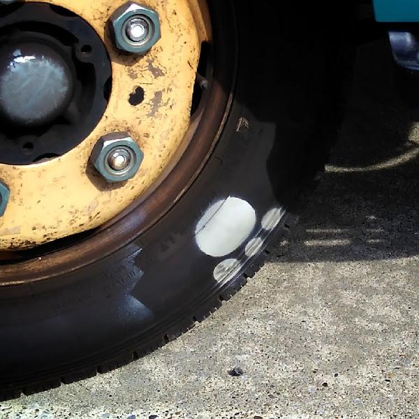 クロネコヤマトのトラックのタイヤに猫の足跡がある