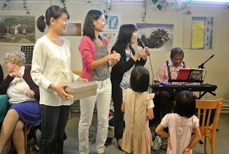 Photo: Le tirage de la tombola avec Thanh Tuyen, Bich Mai, chi Hong Thu et les petites filles Geneviève Jaubert derrière Thanh Tuyen, anh Jules anime avec la musique