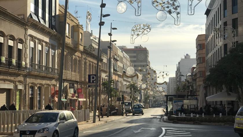 Almería luce su decoración navideña vista desde Puerta de Purchena.